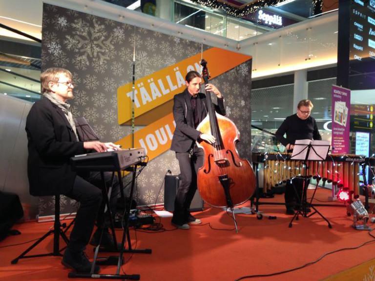 Kolme muusikkoa keikalla
