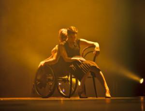 Symbolikuva, jossa on pyörätuolitanssija ja kävelevä tanssija selät vastakkain.