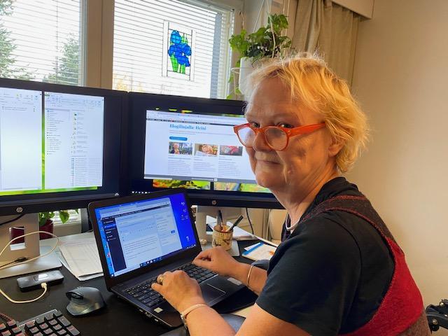 Heini Iriksen työhuoneessa tietokoneitten ääressä.