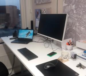 Kuvassa näkyy työpiste Tukilinjan toimistolla. Työpöydällä on tietokone ja toimistotarvkkeita.